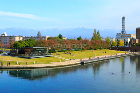 富山 富岩運河環水公園と立山連峰の写真素材 [FYI02091166]