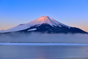 朝霧の山中湖と紅富士の写真素材 [FYI02091182]