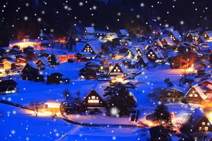 雪薄暮の白川郷合掌造り集落の写真素材 [FYI02091202]
