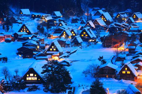 雪薄暮の白川郷合掌造り集落の写真素材 [FYI02091281]