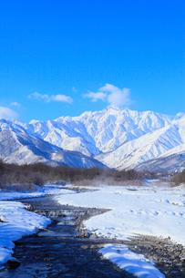 雪の松川と白馬三山の写真素材 [FYI02091289]