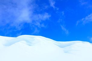 志賀高原 雪庇と雲の写真素材 [FYI02091308]
