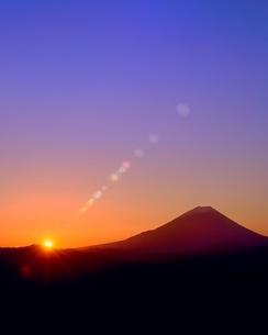 丸山林道より富士山と朝日に光芒の写真素材 [FYI02091394]