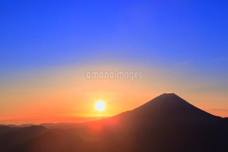 丸山林道より富士山と朝日の写真素材 [FYI02091403]