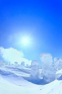 蔵王 地蔵山の樹氷と太陽の写真素材 [FYI02091438]