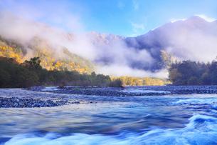 秋の上高地・梓川と穂高連峰に霧の写真素材 [FYI02091441]