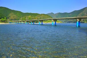 佐田沈下橋と四万十川の写真素材 [FYI02091451]