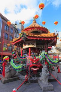 神戸市南京町広場 ランターンフェアの飾りつけの写真素材 [FYI02091491]
