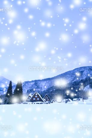 冬の白川郷・降雪の写真素材 [FYI02091494]