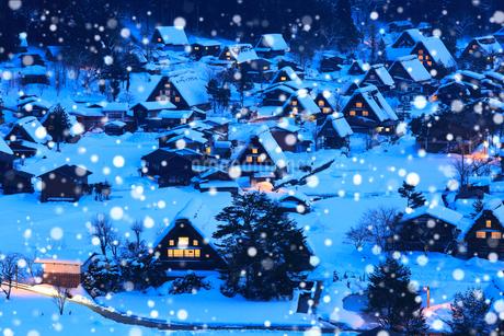 雪薄暮の白川郷合掌造り集落の写真素材 [FYI02091497]