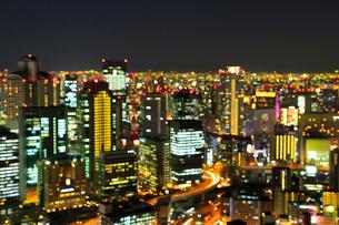 大阪・梅田のビル群夜景 アウトフォーカスの写真素材 [FYI02091498]