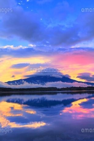 田貫湖より朝焼けの富士山と傘雲の写真素材 [FYI02091499]
