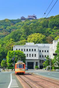 伊予鉄路面電車と県庁に松山城の写真素材 [FYI02091515]