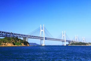 与島から望む瀬戸大橋の写真素材 [FYI02091524]