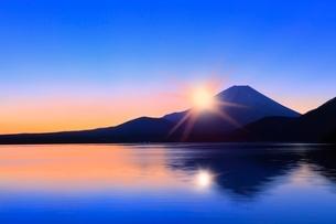 本栖湖より元旦の朝日と光芒に富士山の写真素材 [FYI02091576]