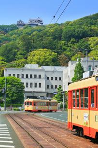 伊予鉄路面電車と県庁に松山城の写真素材 [FYI02091592]