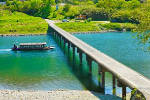 四万十川と三里沈下橋に遊覧船の写真素材 [FYI02091625]