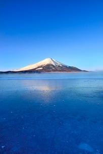 氷結と朝霧の山中湖に富士山の写真素材 [FYI02091691]
