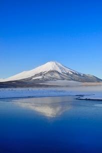氷結の山中湖に朝霧と逆さ富士の写真素材 [FYI02091769]