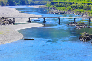 四万十川と長生沈下橋の写真素材 [FYI02091839]