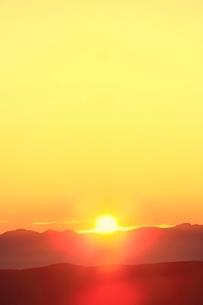 乗鞍エコーラインより朝日と山並みの写真素材 [FYI02091871]