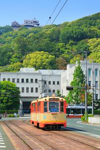 伊予鉄路面電車と県庁に松山城の写真素材 [FYI02091876]