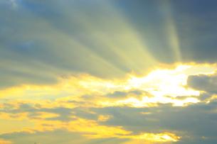 雲間からの太陽光の写真素材 [FYI02091935]