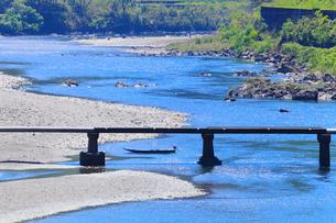 四万十川と長生沈下橋に小船の写真素材 [FYI02091949]