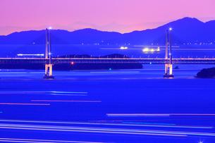 五色台より瀬戸大橋・斜張橋と瀬戸内海の夜景の写真素材 [FYI02091983]