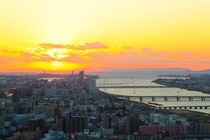 大阪市街・淀川と夕日の写真素材 [FYI02092024]