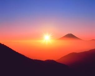 丸山林道より富士山と朝日に雲海の写真素材 [FYI02092046]