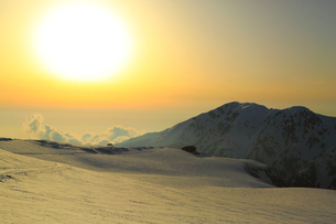 立山黒部 室堂平より雪の大日連山と夕日の写真素材 [FYI02092047]