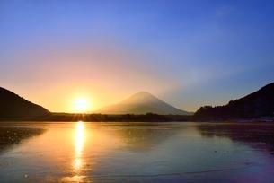 精進湖から元旦の朝日と富士山の写真素材 [FYI02092048]