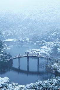 飛来峰から望む雪の栗林公園・偃月橋の写真素材 [FYI02092070]