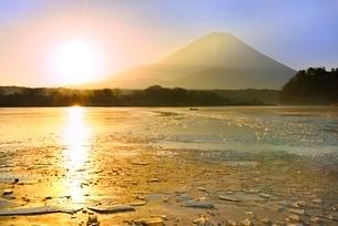 精進湖から元旦の朝日と富士山の写真素材 [FYI02092077]