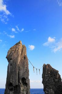 室戸鹿岡鼻の夫婦岩の写真素材 [FYI02092088]