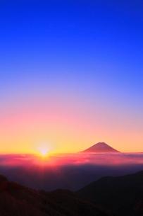 丸山林道より富士山と朝日に光芒の写真素材 [FYI02092167]