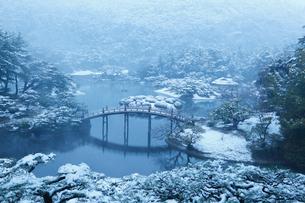 飛来峰から望む雪の栗林公園・偃月橋の写真素材 [FYI02092238]