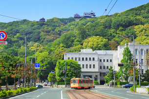 伊予鉄路面電車と県庁に松山城の写真素材 [FYI02092299]