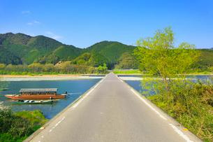 佐田沈下橋と四万十川に遊覧船の写真素材 [FYI02092490]