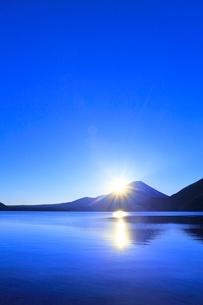 本栖湖より元旦の朝日と光芒に富士山の写真素材 [FYI02092496]
