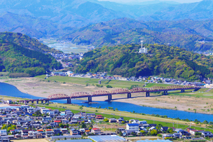 四万十川・赤橋と四万十市街の写真素材 [FYI02092521]