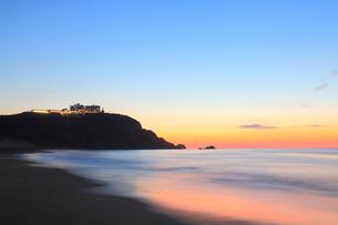 朝焼けの恋路ヶ浜の写真素材 [FYI02092535]
