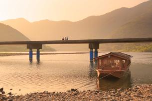 佐田沈下橋と四万十川の夕景に遊覧船の写真素材 [FYI02092595]