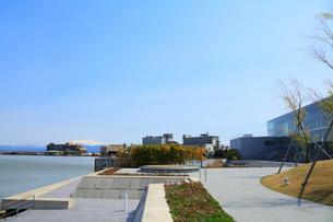 柴山潟より望む片山津温泉と白山の写真素材 [FYI02092603]