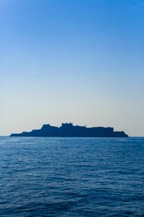 洋上に浮かぶ軍艦島のシルエットの写真素材 [FYI02092635]
