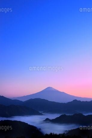 清水吉原の雲海に朝焼けの富士山の写真素材 [FYI02092665]