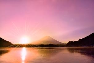 精進湖から元旦の朝日と富士山の写真素材 [FYI02092677]