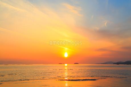 播磨灘の海と夕日の写真素材 [FYI02092739]