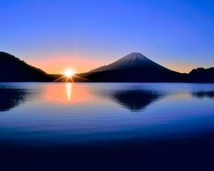 富士山と精進湖の朝日 削除の写真素材 [FYI02092744]